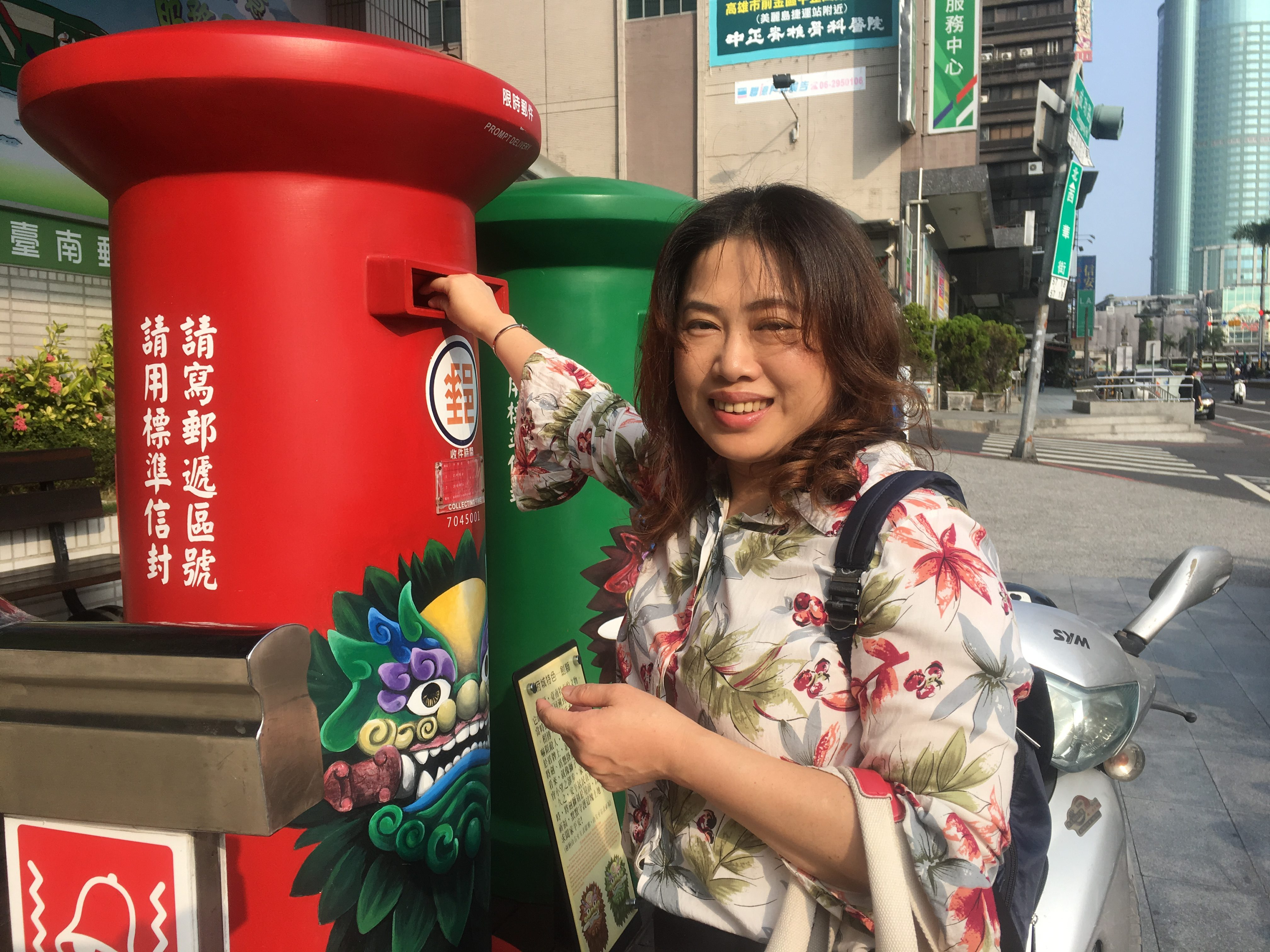 Delightful Tainan citizen helps post my cards