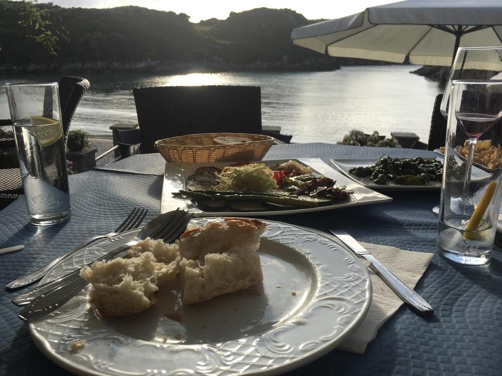 Paradilla de verduras y pimientos de padron y pan in Poo